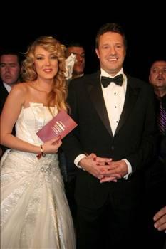 İkilinin canlı yayındaki düğünü de şöhretlerine şöhret kattı.