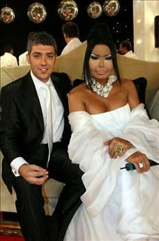 Cem Adler'le bir evlilik yapan, yıllarca Birol Gürkanlı ile ilişki yaşayan ve Popstar Alaturka yarışmacısı Armağan Uzun ile ikinci kez nikah masasına oturan Bülent Ersoy'un hayatına giren erkekler meşhur oluyor ama sonra unutuluyorlar.
