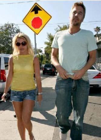 Spears sevgilisi Jason Trawick'i bir barda 2 kadınla birden flört ederken yakaladı.