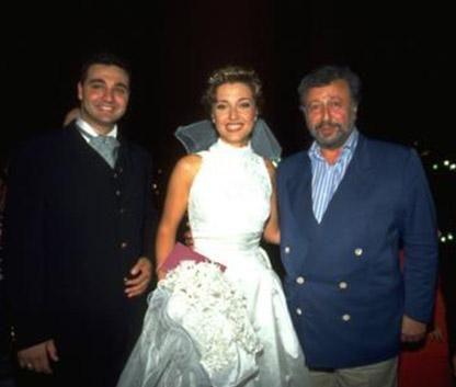Düğün günü annesi tarafından zorla yatağından kaldırılmış Laçin. Anne Laçin'in telaşının sebebi önceden hazırladığı ve düğün gecesi giyeceği elbiseyi beğenmemesiymiş: Anne- kız bütün günü Nişantaşı'nda gece elbisesi arayarak geçirmiş.
