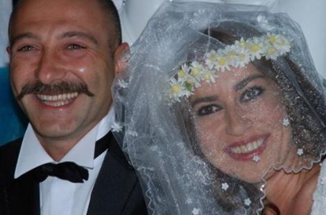 İzmirli olan Tuzcuoğlu evlenirken kendi yöresinin tüm geleneklerini de yerine getirdi.  Kaynak: Hürriyet