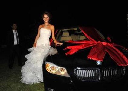 Hatta Sözbir'in Erol'a aldığı düğün hediyesi uzun süre konuşuldu.