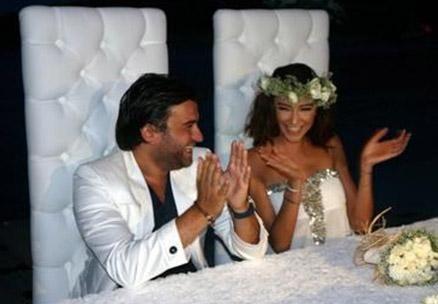 Çeşme'de tatilde bulunan manken Ulusoy ile yapımcı Taşdemir bir gecede evlenmeye karar verdiler... Çift ertesi gün nikah masasına oturdu ama beklenmedik bir sürprizle karşılaştılar..