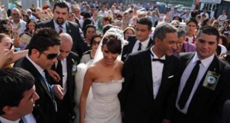 Milyonlar onun nikahına davetliydi!  Elbette herkesin evlendiği gece kendine özeldir ve hiç unutulmaz: Ama Esra Erol'unki bir başka..