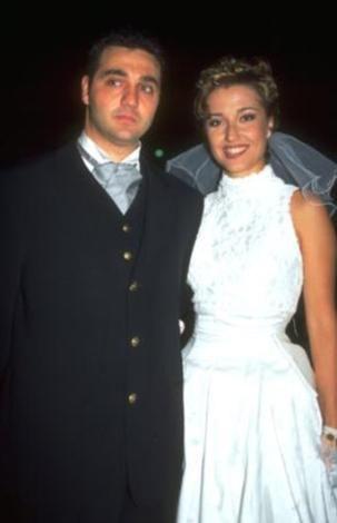 Damadın üstüne yağ dökülünce nikahı ıslak saçla kıyıldı!  Berna Laçin ile çocukluk aşkı olan Tolga Eşiz'in düğününde de beklenmedik bir dizi aksilik yaşandı.