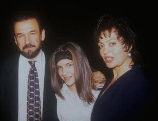 Yağmur küçükken anne ve babasıyla