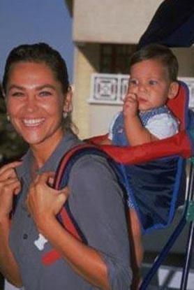 Zehra küçükken annesiyle..