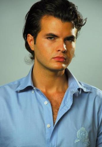 Bu genç adam sizce de ünlü bir aktöre ikizi kadar benziyon değil mi.