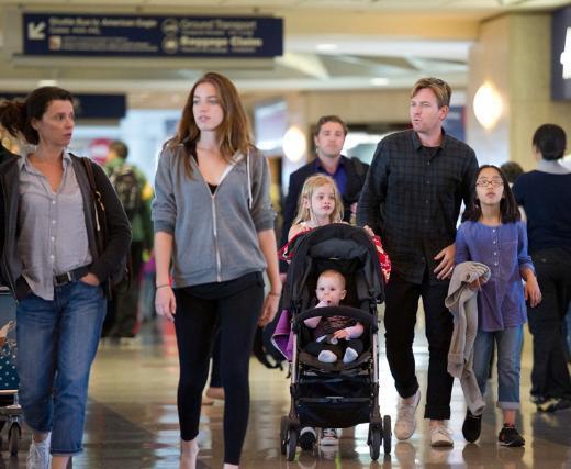 Aktör Ewan McGregor ile eşi Eva Mavrakis'in biri evlatlık olmak üzere toplam 4 çocuğu var.