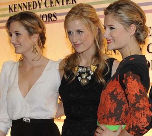 Sanki (soldan sağa) Louisa, Mary ve Grace annelerinin gençlik yıllarını geri getirmiş gibi. Kim mi bu güzel kızların annesi.