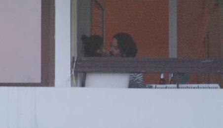 Son olarak ünlü oyuncu Nürgül Yeşilçay Bebek'teki evinin balkonunda yönetmen sevgilisi Tolga Karaçelik'le böyle görüntülendi.