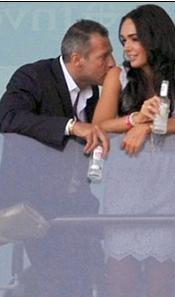 Formula 1'in patronu Bernie Ecclestone'un Hırvat manken Slavica ile olan evliliğniden dünyaya gelen kızı Tamara sevgilisiyle balkonda aşk tazeleyince objektiflere böyle yakalandı...