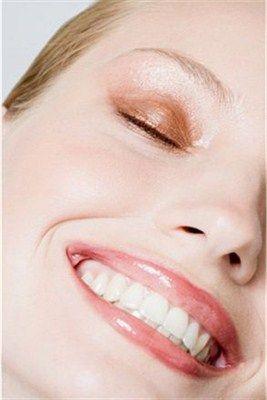 İşte diş lekelerinin nedenleri;  Kötü ağız  hijyeni dişlerin çevresinde bakteriler ve yiyecek artıklarından oluşan yapışkan ve renksiz bir bakteri tabakası olan plaklar,iyi temizlenmediklerinde, dişlere yapışarak , zaman içinde dişlerin sararmasına neden olur.