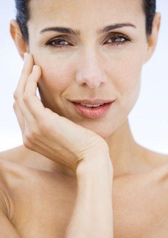 Yaşlandıkça incelen diş minesi zaman içinde dişlerde kahve rengi lekelerin oluşmasına sebep olur.