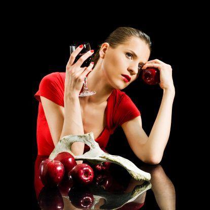 Gazlı içecekler içindeki asit nedeniyle, kırmızı şarap ise yoğun renginden ötürü dişlerde lekenmeye neden olur.