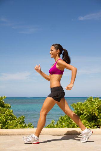 Sağlıklı bir vücüt elde etmek, daha az selülit daha fazla kas görmek istiyorsanız egzersiz yapın.  Yağ ve selülitten kurtulmak için sıkı bir diyet ile egzersizi birleştirin. Egzersizi çok kullanan biri değilseniz yavaş başlayın. Koşudan önce yürüyüşü deneyin günlük kısa yürüyüşler ile egzersizi vücudunuza sevdirebilirsiniz. Her gün minimum 30 dakika egzersizin fark yaratacağını unutmayın.