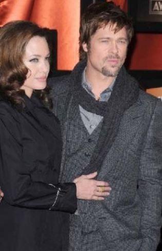 Pitt'i bebeklerin dadısına masaj yaptırırken yakalayan Jolie'nin evi terk ettiği ileri sürülmüştü.
