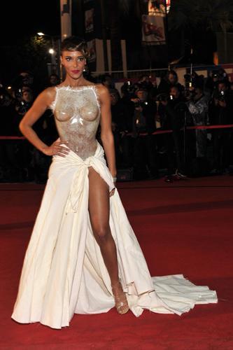 """Ancak Shy'm, """"Grammy'nin Fransız versiyonu"""" olarak bilinen ödül törenine gelirken giydiği transparan kıyafetle dünya basınının ilgisini çekmeyi başardı."""