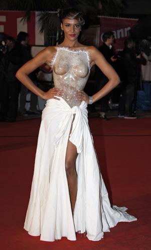 Justin Bieber, Rihanna, Shakira gibi uluslararası müzik piyasasında başarı elde etmiş isimlerin ödüllendirildiği geceye üzeri şeffaf plastikten oluşan bir korseyle gelen seksi şarkıcı gecenin yıldızı oldu.