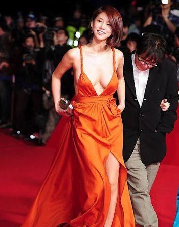 Güney Asya'nın en prestijli film festivallerinden 16. Pusan Uluslararası Film Festivali'ne  Oh In Hye isimli Güney Koreli oyuncunun kıyafeti damgasını vurdu.