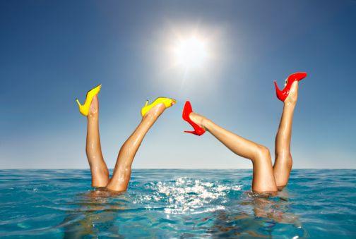 Su içi egzersizleri neler?  Anadolu Sağlık Merkezi Fizik Tedavi ve Rehabilitasyon Uzmanı Dr. Elçin Aykutoğlu, su içi egzersizlerini şöyle anlatıyor:  1.Su içinde yürüme: Öne- arkaya yanlara yürüyüş yapılır. Bacakları karına çekerek yüksek adımla yürüyüş yapılır. Kollar ve bacaklar çapraz yapılarak ve öne arkaya açılarak yürüyüş yapılır. Su içinde dik durabilmek için özel bel kemeri kullanılır, hafif geriye eğilinir, baş dik, çene yukarıda, omuzlar kalçaların tam üstünde, karın sıkı (ancak nefes tutulmaz) ve kalçalar sıkı tutulur.