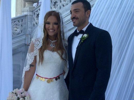 Demet Akalın - Okan Kurt  Demet Akalın üçüncü evliliğini galerici Okan Kurt ile yaptı. Çırağan Sarayı'nda gerçekleştirilen nikah töreni öncesi Akalın ve Kurt objektiflerin karşısına geçti.