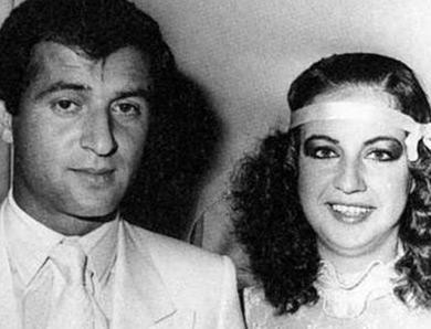 """Fatih Terim - Hülya Terim  Galatasaray teknik direktörü Fatih Terim ilk ve tek evliliğini Fulya Terim ile yaptı.  Buse Terim, bir takipçisinin kendisine gönderdiği ve anne-babasının nikah törenine ait olan bu kareyi """"Anne ve babamın düğün fotoğrafı inanmıyorum, nereden buldunuz?"""" notuyla sayfasında paylaştı."""