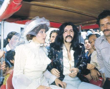 Barış Manço - Lale Manço  Sanatçı Barış Manço, yapımcı Lale Manço ile nikah msasına oturdu.