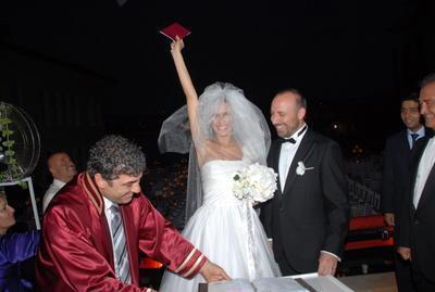Bergüzar Korel - Halit Ergenç  Binbir Gece dizisiyle şöhretin zirvesine çıkan iki ünlü oyuncu Bergüzar Korel ve Halit Ergenç, Les Ottomans Otel'de evlendi. Korel, şahitler huzurunda atılan imzanın ardından böyle poz verdi.