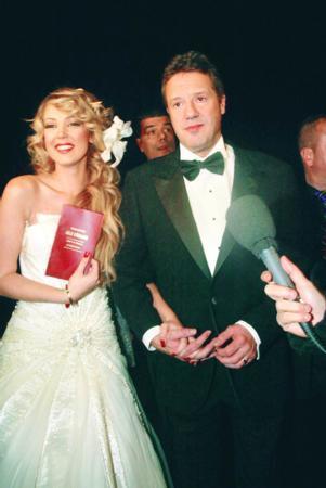 Can Tanrıyar - Petek Dinçöz  Yaklaşık 8 yıl birliktelik yaşayan Can Tanrıyar ve Petek Dinçöz, Beyaz Show'da gerçekleşen sürpriz nikah ile evlendi. Çift aynı yıl yollarını ayırdı. Düğün gecesinden geriye ise bu fotoğraf kaldı.