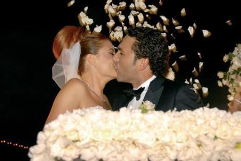 Ceyda Düvenci - Engin Akgün  Oyuncu Ceyda Düvenci 2008 yılında Engin Akgün ile nikah masasına oturdu. Esma Sultan Yalısı'nda gerçekleştirilen düğün uzun süre konuşuldu.