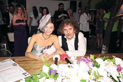 Derya Köroğlu - Ayşe Özgürkaya  Yeni Türkü'nün solisti Derya Köroğlu tiyatrocu Ayşe Özgürkaya ile 2009 yılında evlendi. Mutluluğu gözlerinden okunan Köroğlu, eşiyle ilk pozunu böyle verdi.