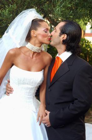 Ebru Şallı - Harun Tan  Ebru Şallı, üç yıl birlikte olduğu Harun Tan'la Swissotel'de düzenlenen bir düğünle 2002 yılında evlendi. Şallı ve Tan çifti o anı dudak dudağa verdikleri pozla ölümsüzleştirdi.