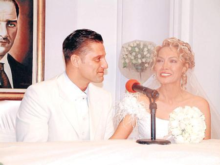 Hazım Körmükçü - Hilal Özdemir   Oyuncu Hazım Körmükçü 2003 yılında tükücü Hilal Özdemir ile nikah masasına oturdu. Yakın dostlarının katıldığı nikah töreni bu kareyle ölümsüzleşti.