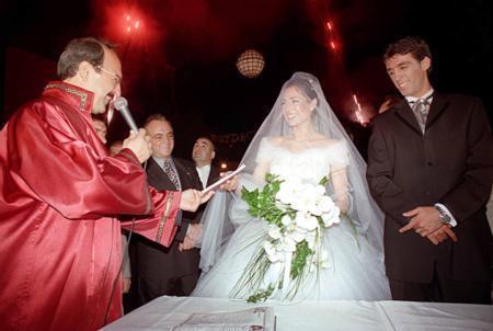 Hakan Şükür - Beyda Setbaş  Hakan Şükür, muhteşem bir törenle hayatını Beyda Sertbaş ile birleştirdi.. Çift o anı böyle ölümsüzleştirdi.