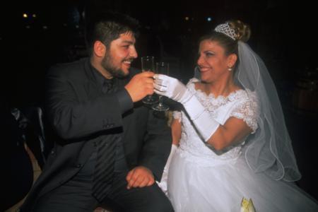 Kibariye - Ali Küçükbalçık  Şarkıcı Kibariye kendisinden 19 yaş küçük olan Ali Küçükbalçık ile 1999 yılında nikah masasına oturdu. İşte o geceye ait bir fotoğraf.