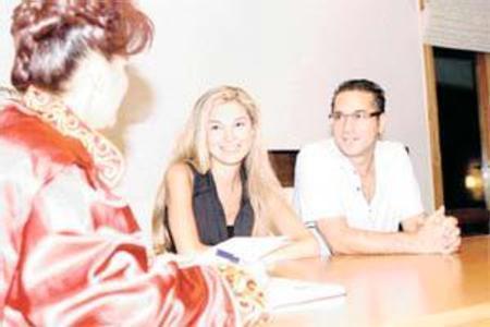 Mehmet Ali Erbil - Sedef Erbil  Mehmet Ali Erbil , 21 yaşındaki Bilkent Üniversitesi öğrencisi Sedef Altuntaş la Ankara da evlendi. Gizli nikah bu fotoğrafla ortaya çıktı. Bir yıl evli kalan çift sürpriz bir şekilde boşandı.