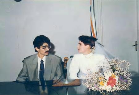 Seden Gürel - Aykut Gürel  Müziğin iki güçlü ismi Seden Kutlubay ve Aykut Gürel 26 Haziran 1989'da nikah masasına oturdu. Çift, hayatlarının en özel gününü bu kare ile ölümsüzleştirdi.