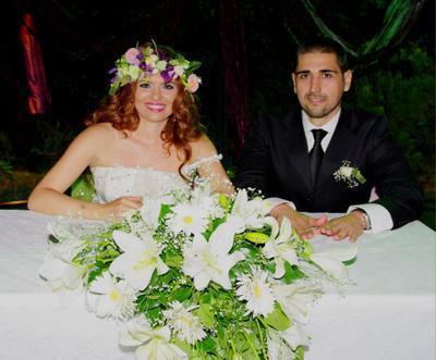 Aylin Kabasakal - Nazif Sevim   Aylin Kabasakal, yaklaşık bir yıldır aşk yaşadığı manken sevgilisi Nazif Sevim ile İzmir'de evlendi. Kabasakal, nikah öncesi böyle poz verdi.