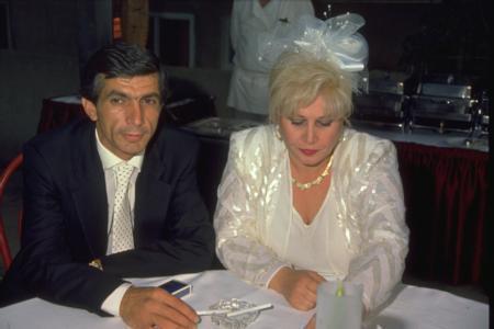 Hasan Heybetli - Muazzez Abacı  Ünlü assolist Muazzez Abacı, 1998 yılında boşandığı eşi Hasan Heybetli ile bir kez daha nikah masasına oturdu. Çift imza atmadan önce bu pozu verdi.