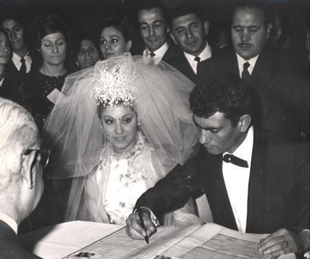 Yılmaz Güney - Nebahat Çehre  Oyuncu Nebahat Çehre kendisi gibi oyuncu olan Yılmaz Güney ile 30 Ocak 1967'de nikah masasına oturdu. Bu fotoğraf Yılmaz Güney'in nikah defterini imzaladığı sırada çekildi.