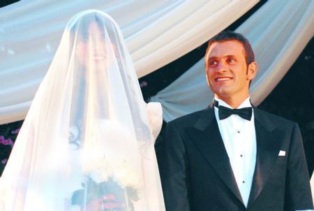 Nihan Akkuş - Okan Buruk  Yaklaşık iki yıl aşk yaşayan manken Nihan Akkuş ile futbolcu Okan Buruk, Swissotel Sultanpark'ta düzenlenen törenle evlendi. Çift, nikah öncesi kameraların karşısına geçti.