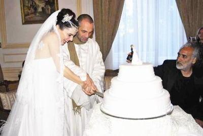 Serdar Erener - Nil Karaibrahimgil  Ünlü şarkıcı Nil Karaibrahimgil, Nil nehri kenarında reklamcı Serdar Erener ile evlendi. Çift imzaların ardından böyle poz verdi.