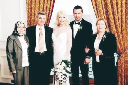 Seda Sayan - Onur Şan   Seda Sayan ile Onur Şan yaklaşık 40 davetlinin katıldığı özel bir nikah töreni ile evlendi. Aradığı mutluluğu bulamayan Sayan, eşinden boşandı. Evlilikten geriye bu fotoğraf kaldı.