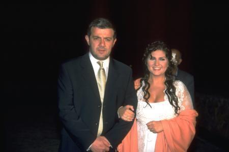Sibel Can - Sülhi Aksüt  Ünlü ses sanatçısı Sibel Can , Nakkaştepe deki evinde aile arasında kıyılan nikahla işadamı Sulhi Aksüt ile evlendi.Bu evlilikten Emir isminde bir oğulları olan Aksüt ve Can 2010 yılında boşandı. Nikah gecesinden geriye ise bu kare kaldı.