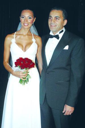 Sinem Güven - Murat Ersönmez  Manken Sinem Güven ve sevgilisi Murat Ersönmez Maslak Venue de 2005 yılında evlendi. Çift törenin ardından objektif karşısına geçti.
