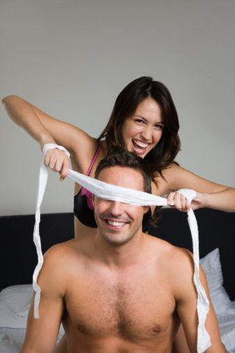 Partnerinize yardım edin!   Partnerinizi; bir seks makinesi olduğu düşüncesinden uzaklaştırabilmeniz gerekir. Eğer partneriniz performansı konusunda takıntılıysa rahat hareket etmeyecek ve aldığınız zevk azalacaktır. Ona bu performans korkusunu yaşamaması için destek olan taraf siz olmalısınız. Bazen küçük bir jest ya da kompliman bile bilinçaltındaki tüm kötü düşünceleri silebilir. Kısacası cilveli ve tatlı dilli olun.