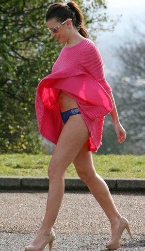 Imogen Thomas, rüzgarlı bir hava için uygun giyinmemiş.