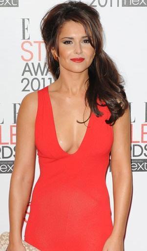 Cheryl Cole'un elbisesinin göğüs kısmında hata var