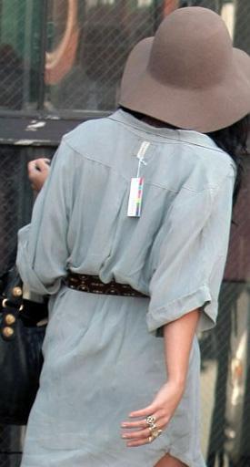 Vanessa Hudgens, gömleğinin etiketini çıkarmayı unutmuş.